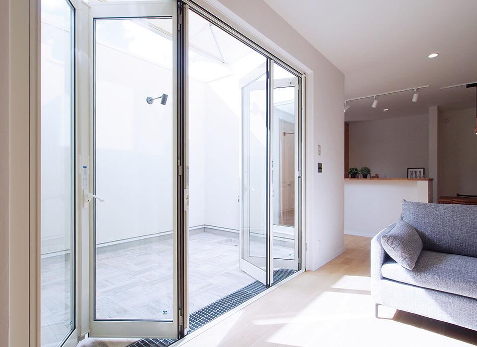 プライベートテラスのある、明るく開放感あふれる家06